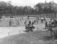 2002-1598 In het Museumpark, een vijver met spelende kinderen.