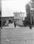 2002-1608 De achterzijde van het station Delftse Poort, met de toegangsbrug aan het Proveniersplein.