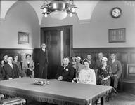 2002-1636 Een trouwplechtigheid in een kamer van het stadhuis.