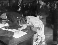 2002-1640 Een huwelijksplechtigheid op het stadhuis. De bruid zet haar handtekening.