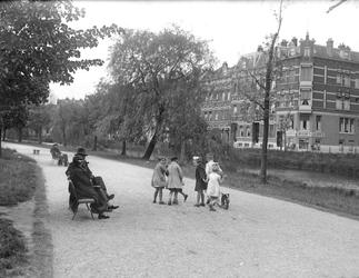 2002-1647 Een wandelpad aan de Spoorsingel.