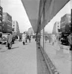 2002-1655 Een spiegelende winkelruit aan de Meent. Uit westelijke richting gezien.