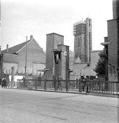 2002-1660 De Meentbrug in de richting van de Gedempte Binnenrotte met de Sint Laurenskerk in de steigers.