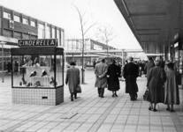 L-391 Lijnbaan ter hoogte van de Aert van Nesstraat met winkelend publiek. Links op de foto een eilandetalage van ...