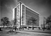 L-4154 Stationspostgebouw aan het Delftseplein met de gevelmozaïek van Louis van Roode.