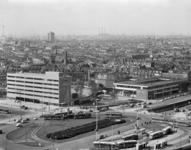 L-8544 Het Stationsplein en Kruisplein met bussen en trams. Daarachter het Bouwcentrum en de Diergaardesingel.