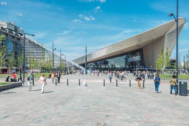 AM-19 Rotterdam Centraal gezien vanaf het Kruisplein. Aan de westkant van het Stationsplein is De Trap naar het ...