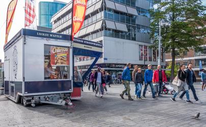 AM-57 Vlasmarkt met stroopwafelkraam en winkelend publiek in de Hoogstraat.