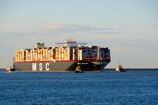 MR-26 MCS Oscar Containerschip met sleepboten