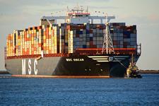 MR-27 MCS Oscar Containerschip met een sleepboot