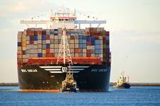 MR-28 MCS Oscar Containerschip Boeg met sleepboten