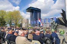 MR-99 Genodigden waaronder burgemeester Aboutaleb en publiek tijdens de Nationale Herdenking op 4 mei 2015 bij het ...