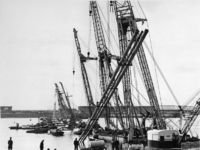 1967-1004 Zes grote drijvende bokken laten een 260 meter lange pijpenbundel neer tot op een diepte van 33 meter beneden ...