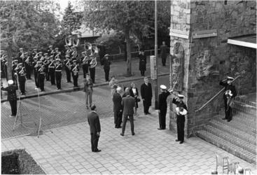 1967-1007 Tijdens de onthulling van de tegen de buitenmuur van de synagoge aan de Paetstraat aangebrachte reliëf ...