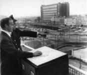 1967-823 Wethouder H.C.G.L. Polak stelt met een politiefunctionaris op het dak van het N.E.N.-kantoorgebouw aan de ...