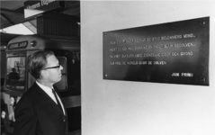 1968-1024 Wethouder drs. J. Reehorst onthult plaquette met een gedicht van Jan Prins op een perron aan het metrostation ...
