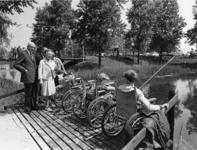1968-1038 Opening van het viswater van de invalidensportclub bij het Fort Noorddijk te Nieuwenhoorn, door mevrouw mr. ...