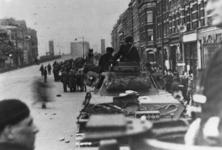 1968-1171 Duitse militairen met tanks in de Van der Takstraat. Op de achtergrond de Willemsbrug.