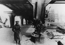1968-1179 Een Duitse militair bij een beschadigde pijler van het spoorwegviaduct over de Binnenrotte, ter plaatse van ...