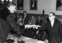 1968-1692 Prof.dr. A. van Braam reikt de heer J. Reehorst de bul over, nadat wethouder J. Reehorst voor het doctoraal ...