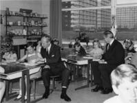 1968-1807 Tijdens de opening van de Jan Antonie Bijlooschool, in één van de klaslokalen zitten tussen de leerlingen ...
