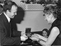 1968-203 Wethouder H.C.G.L. Polak (links) reikt de Frank van Borselenpenning uit aan mevrouw C.I.A. Stam-Beese ...