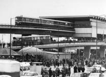 1968-207 Tijdens de opening van de metro. Overzicht van de drukte bij het Zuidplein met kermis en het metrostation.