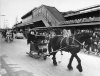1968-208 Tijdens de opening van de metro. Optocht van paard en wagen ter hoogte van het metrostation Rijnhaven.