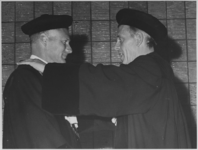 1968-2158 Rectoraatsoverdracht in de aula van het gebouw van de Nederlandse Economische Hogeschool. Prof. dr. A.I. ...