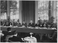 1968-2439 Tijdens een persconferentie worden de moeilijkheden, welke ontstaan zijn rond het financieel beleid van ...