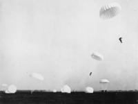 1968-250 Duitse parachutisten landen in de weilanden nabij Vliegveld Waalhaven.