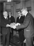 1968-728 Aanbieding in het stadhuis van een galle (maanzaadbrood) met zout door burgemeester W. Thomassen (rechts) aan ...