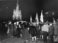 1968-729 Herdenking van de inname van Den Briel bij het monument op de Nieuwemarkt, door de Rotterdamsche ...