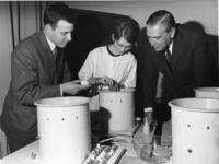 1968-731 Uitreiking aan enkele eerste gediplomeerde contactlenzenspecialisten door wethouder drs. J.G. van der Ploeg ...