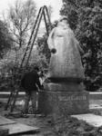 1968-964 Het standbeeld van Koningin Wilhelmina gemaakt door beeldhouwster Charlotte van Pallandt wordt op zijn plaats ...