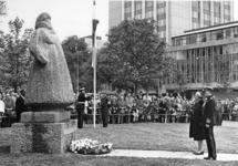 1968-965 Onthulling van het standbeeld van Koningin Wilhelmina gemaakt door beeldhouwster Charlotte van Pallandt door ...