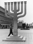 1968-974 Op het Stadhuisplein staat de zevenarmige kandelaar (menorah) ter gelegenheid van de Israëlweek, een kopie van ...