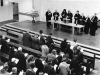 1968-98 Slotbijeenkomst van de kerketocht in de gereformeerde kerk aan het Breeplein. Op het podium acht geestelijken ...