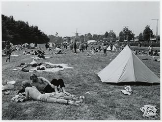 1970-1396 Holland Popfestival van 26 t/m 28 juni 1970 in het Kralingse bos in Rotterdam. Festivalgangers liggen in het ...