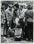 1970-1408 Holland Popfestival van 26 t/m 28 juni 1970 in het Kralingse bos in Rotterdam. Festivalgangers in gesprek.