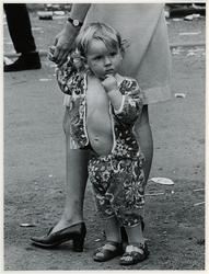 1970-1410 Holland Popfestival van 26 t/m 28 juni 1970 in het Kralingse bos in Rotterdam. Kleuter aan de hand van zijn ...