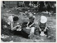 1970-1412 Holland Popfestival van 26 t/m 28 juni 1970 in het Kralingse bos in Rotterdam. Etende festivalgangers en veel ...