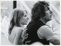 1970-1413 Holland Popfestival van 26 t/m 28 juni 1970 in het Kralingse bos in Rotterdam. Close-up van twee festivalgangers.