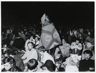 1970-1421 Holland Popfestival van 26 t/m 28 juni 1970 in het Kralingse bos in Rotterdam. Festivalgangers zitten in de ...