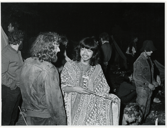 1970-1423 Holland Popfestival van 26 t/m 28 juni 1970 in het Kralingse bos in Rotterdam. Festivalgangers in de avond.