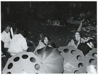 1970-1424 Holland Popfestival van 26 t/m 28 juni 1970 in het Kralingse bos in Rotterdam. Festivalgangers in de avond.