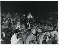 1970-1425 Holland Popfestival van 26 t/m 28 juni 1970 in het Kralingse bos in Rotterdam. Festivalgangers in de avond.