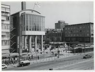 1970-2174 Een blik op het Beursgebouw en het Beursplein met tijdelijke paviljoentjes en terrassen tijdens de ...
