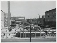 1970-2175 Een blik op het Beursplein met tijdelijke paviljoentjes en terrassen tijdens de Manifestatie C70. De foto is ...