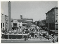 1970-2176 Een blik op het Beursplein met tijdelijke paviljoentjes en terrassen tijdens de manifestatie C70. De foto is ...